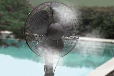 """Ventilatore con """"nebbia"""" raffreddante"""