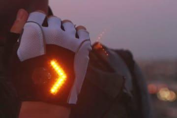 I guanti da ciclista con indicatori di direzione