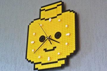 """L'orologio """"testa di LEGO"""""""