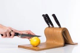 Il ceppo di coltelli con tagliere
