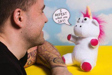Unicorno parlante di peluche